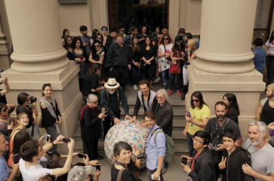 "Michelangelo Pistoletto - Performance ""Do it – Walking Sculpture"""